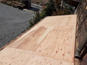 12㎜の構造用合板を差し掛け屋根の下地に施工