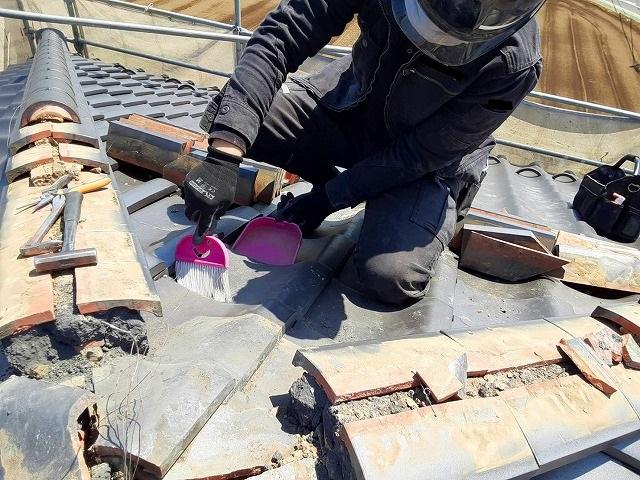 棟の解体後清掃をする屋根職人