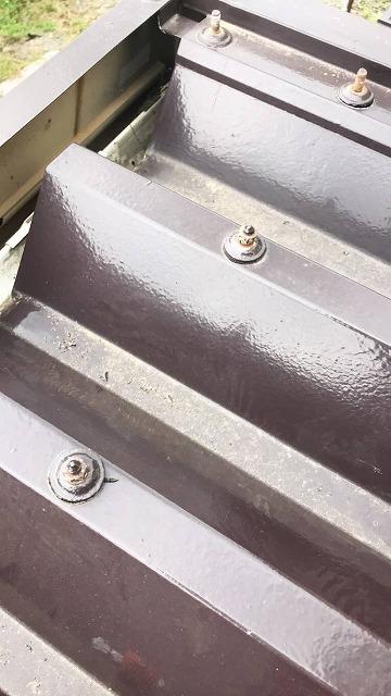 折板屋根を留めているボルト部分