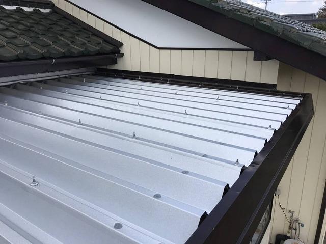 折板屋根材でカバー施工された水戸市内の小屋の屋根