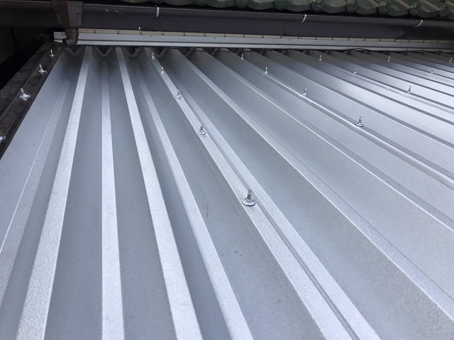 水戸市の小屋に行ったガルバリウム鋼板製折板屋根材でのカバー施工