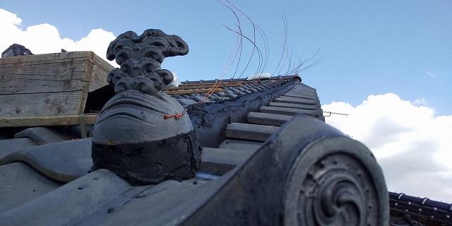 風切丸の土台を南蛮漆喰で形成し飾り瓦を先端につける
