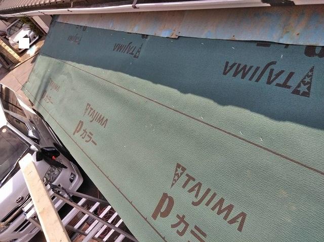 小屋の屋根にルーフィングを一面に貼る
