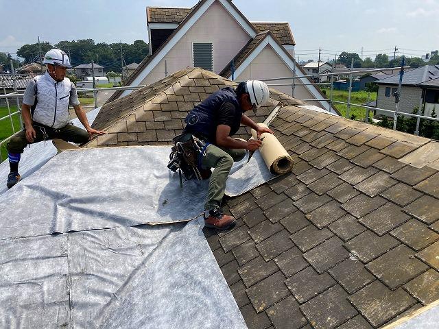 台風被害を受けてスレート屋根をカバー工法する為、粘着式防水シート施工