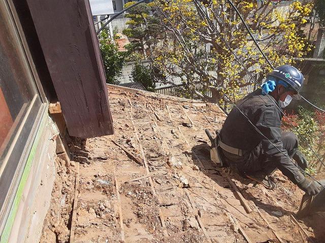 雨漏り屋根葺き替え既存瓦解体