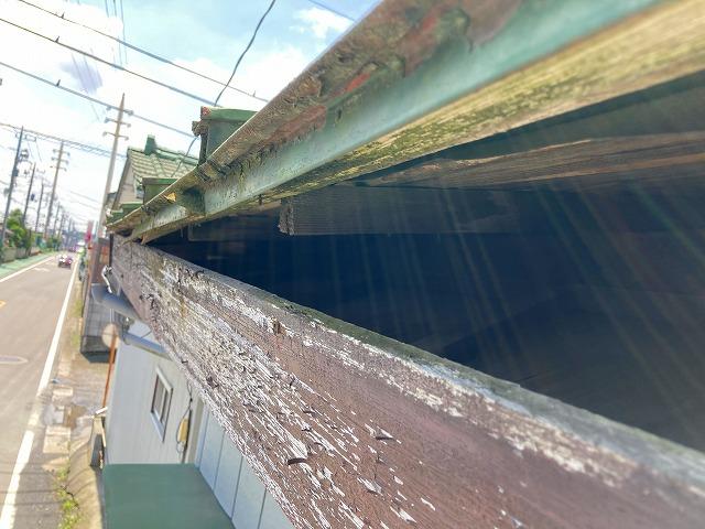 台風被害を受けた金属屋根の軒先部の空いている箇所
