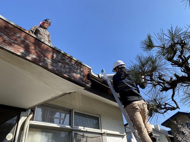 ルーフィングを屋根に上げる職人