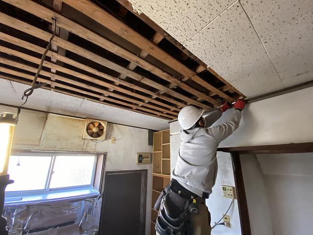 天井材ジプトーンを解体する職人