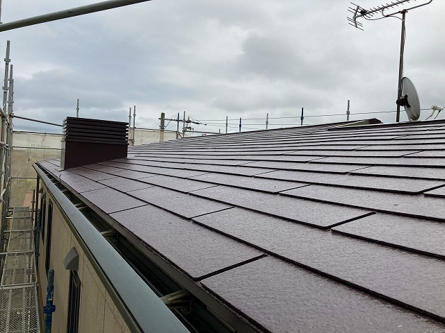 屋根塗装工事が完了したスレート屋根全景