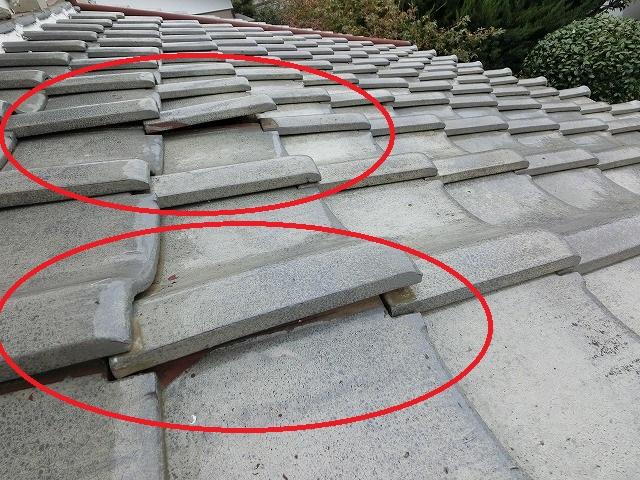 該当屋根、瓦浮きを発見