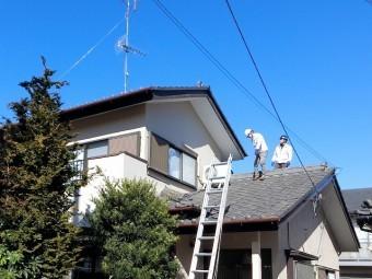 作業員2名が屋根に登り調査を始めます