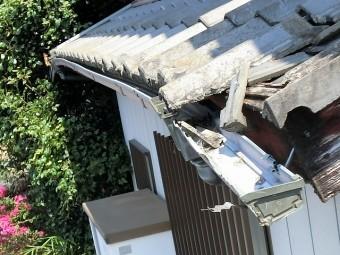 下屋根の軒先瓦や軒樋が激しく破損