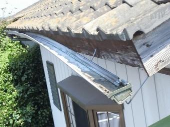 屋根から脱落した瓦で破損してしまった2階の軒樋