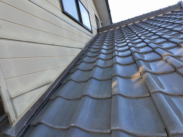 雨漏り箇所上部の屋根を下から煽って撮影