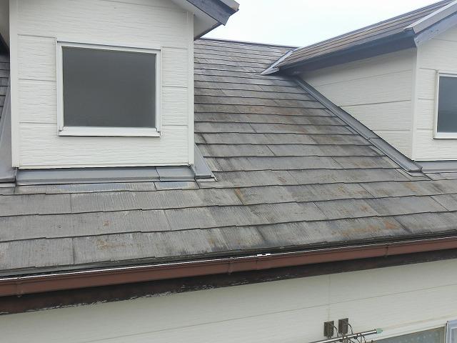 塗膜が剥離し白っ茶けたドーマーが設置された化粧スレート屋根