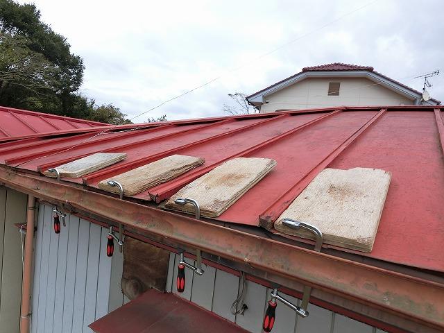 屋根材が捲れないように万力で押さえています