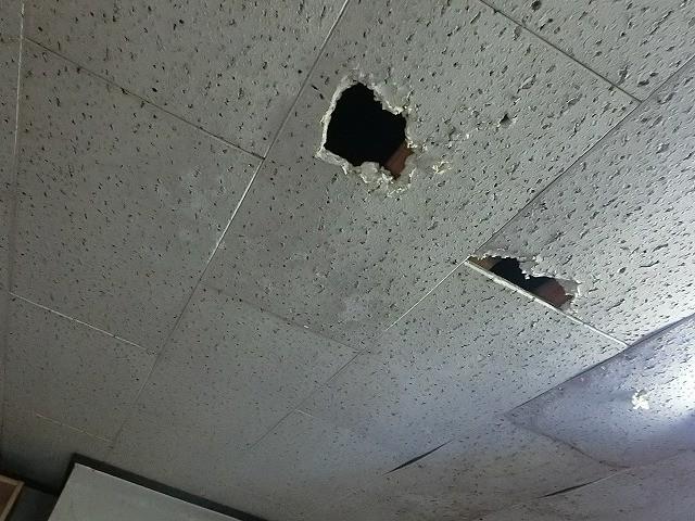 天井材穴あき、真下から