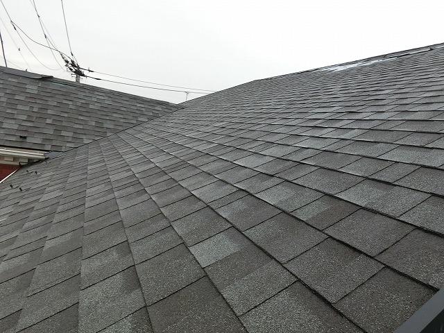 アスファルトシングル材が葺かれた大きな屋根