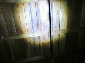 天井裏の柱に雨染みを確認