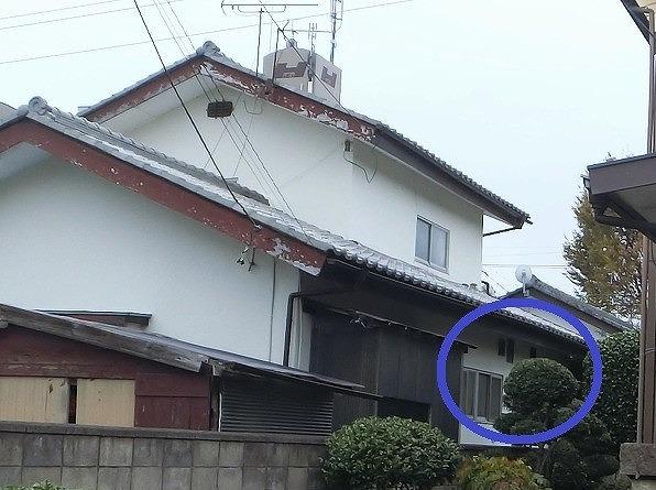 外観から見た、雨漏りのある台所をマーク