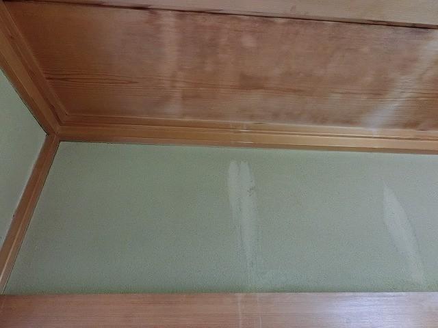 目透かし天井材の雨漏り跡と壁の雨漏り跡
