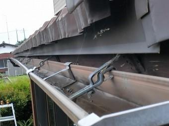 支持金具が根元から曲がり勾配不良の軒樋
