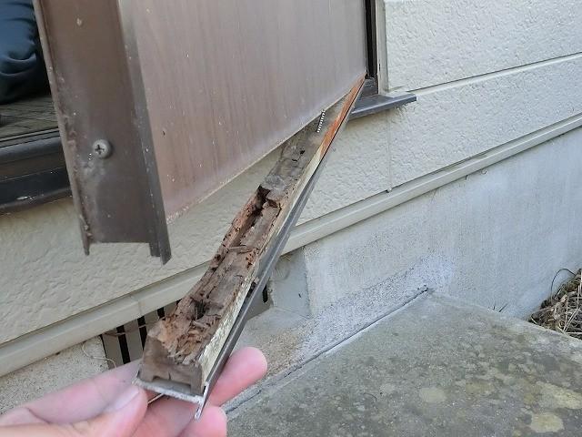 お勝手口のドアの下側が腐食して脱落