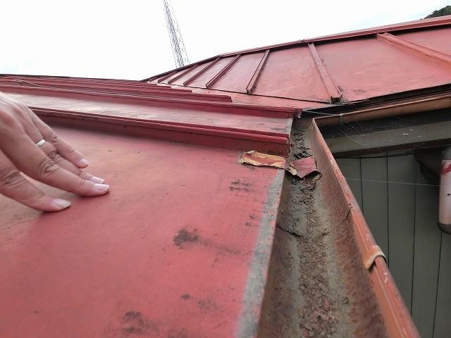 屋根下地を確認する為、屋根を押す作業員