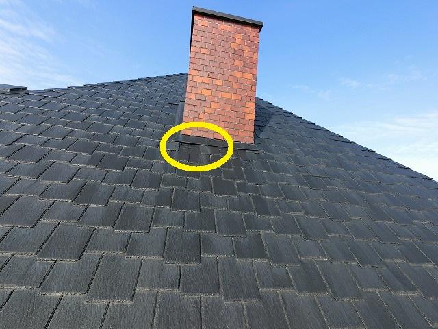 飾り煙突付近で破損している屋根材