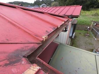 軒先先端の錆割れ多数、修理跡