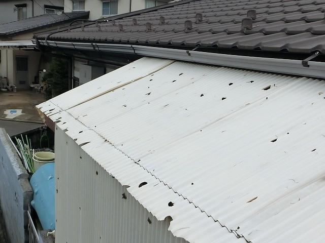 無数に穴の空いた波板屋根