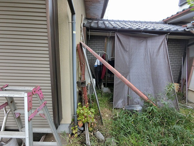 脱落して折れ曲がった軒樋の残骸