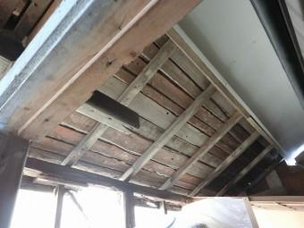 波板囲い屋根の小屋裏の下地