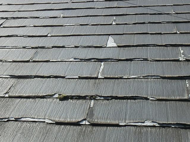 屋根材に割れや欠けを確認