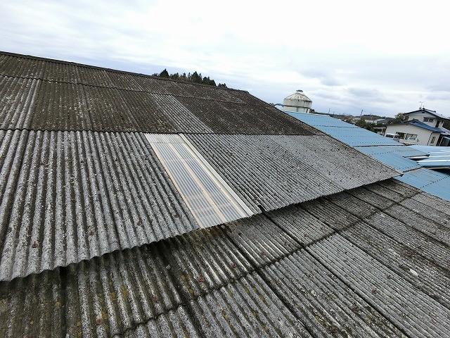 小美玉市の倉庫、石綿スレート屋根が台風で飛散している石綿小波スレート
