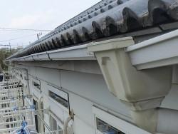 水戸市の集合住宅に付いている破損した雨樋