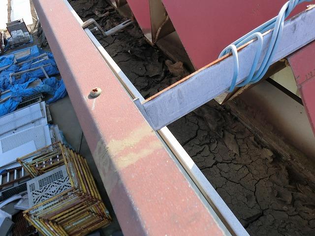 上から大型軒樋を撮影すると積もり土を発見