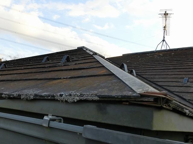 降り棟板金の表層が剥離している下妻市の現場屋根
