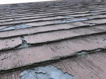 表面剥離し、表層が捲れあがっているパミール屋根材