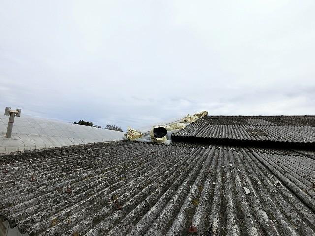 小美玉市の倉庫、石綿スレート屋根が台風で飛散した倉庫に現場調査でお伺いしました際に撮った屋根補修画像