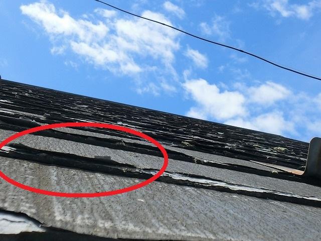 屋根材がパリパリを捲り上がっている