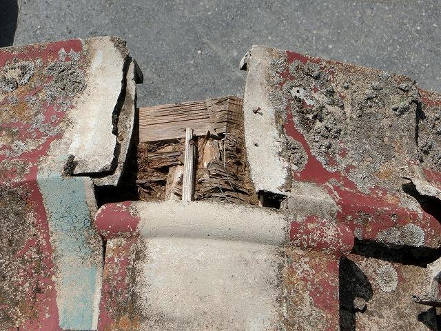 セメント瓦屋根の巴瓦が欠損