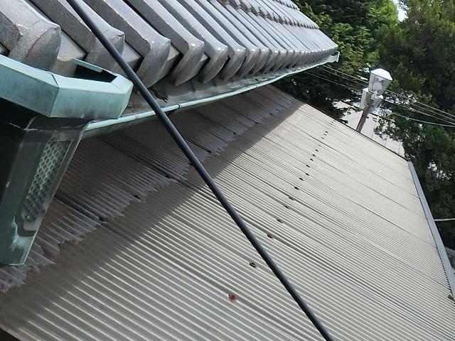 波板交換前の表面劣化が起こっているテラス波板