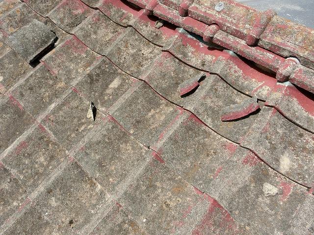 所々に割れた瓦が散乱しているセメント瓦屋根