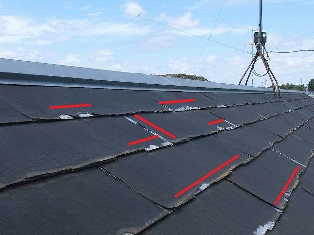 屋根の欠けが端に集中しているのを赤線ラインでマーク