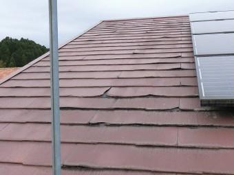 赤いパミール屋根材が設置された南面屋根