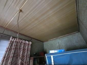 室内天井雨漏りを東側から撮影
