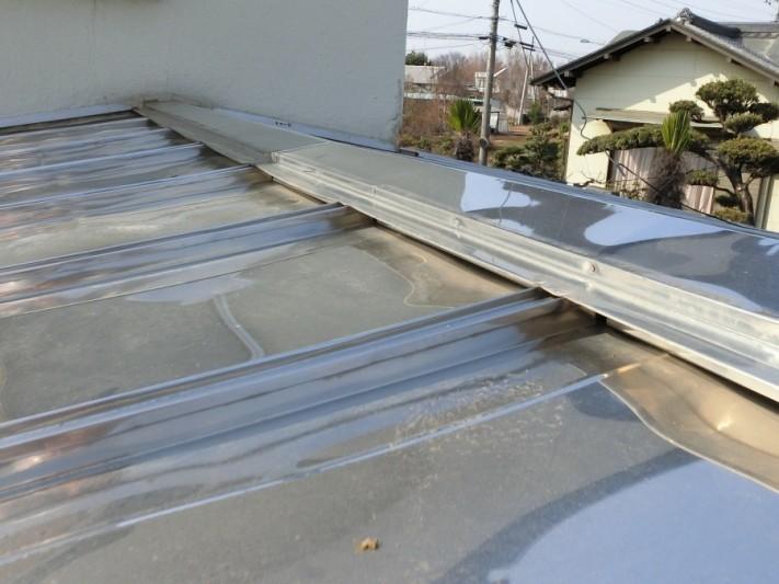 瓦棒葺き屋根棟板金の施工前全景