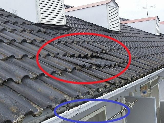 雨漏りしている部屋の上の屋根が陥没している