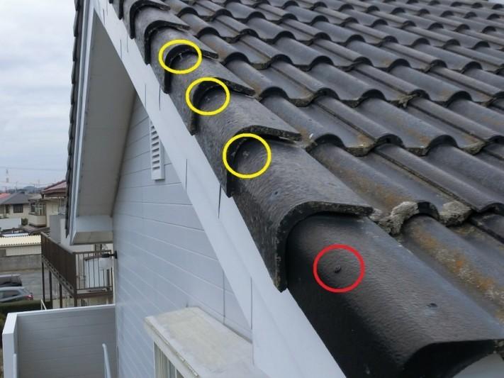 軒下斜め45度から撮影したケラバ瓦釘抜け